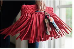 I would love it more if the non-fringe parts were in dyed leather! Diy Fashion, Fashion Bags, Fashion Outfits, Diy Pochette, Diy Bags Purses, Crochet Clutch, Make Your Own Clothes, Stylish Handbags, Beautiful Bags