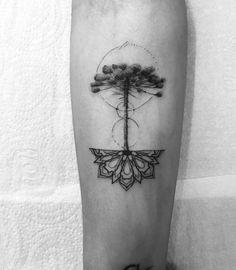 Tatuagem feita por Tiago Dhone de Curitiba.    Araucaria, com raizes em forma de mandala no antebraço.