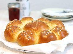 s Keine Ahnung, ob Ihr diesen Kuchen kennt –Dreikönigskuchen ist ein traditioneller Hefekuchen aus Süddeutschland bzw. der Schweiz, wo er noch öfter gegessen wird (soviel ich weiss kommt er auch von dort). Man backt (oder kauft) den Kuchen für den 6. Januar – Heilige Drei Könige – oder die Weisen aus dem Morgenland oder auch […]