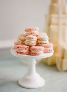 Yummy pink macaroons - Photo via Le Fru Fru Pink Macaroons, French Macaroons, Macaroons Wedding, Pink Wedding Receptions, Wedding Cakes, Reception Ideas, Wedding Sweets, Wedding Catering, Cake Pops