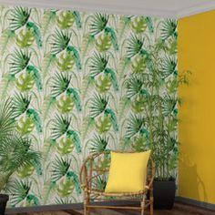 """Les motifs feuilles et palmiers de ce papier peint s'inscrivent dans la tendance tropicale du moment et font de l'intissé JUNGLE FEVER un papier peint en harmonie avec la nature. Petit plus : ses couleurs """"vert nature"""" dynamisent la pièce pour un effet bien-être assuré !  Sauvage, urbaine et un brin vintage, la tendance tropicale apporte joie de vivre dans une ambiance propice à l'évasion. Luxuriantes, les feuilles de palmier vous transportent au coeur de la jungle amazonienne. Vert…"""