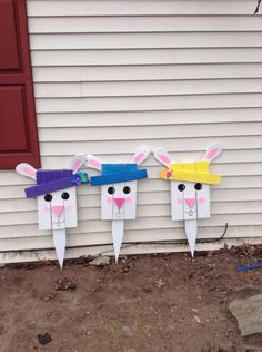 Easter bunny pallets, ears made with flop flops Spring Projects, Easter Projects, Spring Crafts, Easter Crafts, Holiday Crafts, Craft Projects, Craft Ideas, Easter Ideas, Pallet Projects
