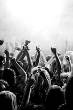 Tercer paso para montar una fiesta de verano perfecta: la música no puede faltar. Crea una playlist pachanguera. #fiestadeverano #summerparty #fiestaperfecta