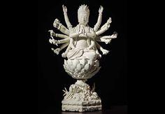 "Guanyin Porcelana ""Blanc de Cine"" Dehua (China), S. XVIII. Dinastía Qing Marca de Jin Feng 37,2 cm (Altura total)"