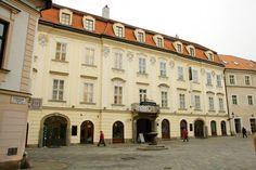 Bratislava (Pozsony), Slovakia – Erdődy-palota (Erdődy palác - Erdődy Palace). Gróf Erdődy György országbíró építtette 1770-ben. Az Erdődy család sarki gyönyörű rokokó palotájában hangversenyeket és opera-előadásokat is rendeztek. Az Erdődy családnak saját operatársulata is volt