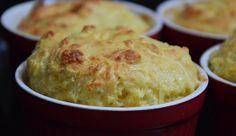 Υλικά  15 φέτες ψωμί για τοστ χωρίς κόρα. 1/2 φλιτζ. βούτυρο 150 γρ. τριμμένη παρμεζάνα 150 γρ. τριμμένο κασέρι 100 γρ. τριμμένη κεφαλογραβιέρα 100 γρ. ελβετικό έμενταλ τριμμένο 150 γρ. ζαμπόν 2 ποτήρια γάλα 3 αυγά     Εκτέλεση  Στρώνουμε ένα μεγάλο παραλληλόγραμμο με φέτες ψωμιού του τοστ που έχουμε αλείψει με βούτυρο και στις δυο πλευρές. Από πάνω σκορπίζουμε τα μισά τυριά. Κόβουμε το ζαμπόν σε ψιλά κομματάκια και το απλώνουμε πάνω από τα τυριά. Από πάνω στρώνουμε τις υπόλοιπες φέτες… Christmas Sweet Table, Christmas Dishes, One Person Meals, Meals For One, Salsa Bechamel, Cheese Souffle, Butter Tarts, Sugar Pie, Classic Desserts