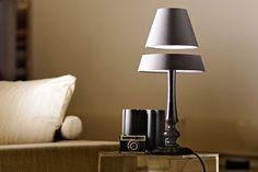 Pour rendre original l'éclairage de votre salon et impressionner vos invités, voici «Silhouette», une lampe dont l'abat-jour flotte dans les airs grâce à une technologie de lévitation magnétique. Et ce n'est pas une illusion d'optique… En apparence, cette lampe ressemble à une lumière de chevet traditionnelle. Mais lorsqu'on s'approche un peu, les deux parties de …
