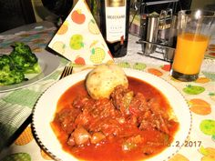 Gulasch  mit Kartoffelknödel meine Art Gulasch bestehend aus: 500 g Rinder-Beinfleisch / Wade. Verwende ich am liebsten, da dieses mehr Bindegewebe hat , als Fleisch aus der Keule, Hüfte oder Schulter.      n Faustregel Menge Fleisch = Menge Zwiebeln, d.h. 500g, grüne Paprika, 2 cm Stück rote Pepperoni,frischer, grüner Knoblauch ( d.h. nicht den üblichen, trockenen ), Tomaten,1 Karotte, Dörrfleisch, Paprikapulver süß, Sahne