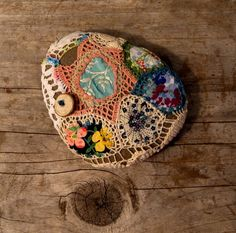 Crochet covered rock. Inspiración Etsy - good idea to use up leftovers, interesting!