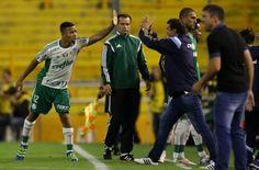 Gabriel Jesus cumprimenta Cuca em Rosário (FOTO: Cesar Greco/Palmeiras)