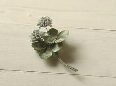 白詰草の花をふたつ、そして葉を組み合わせたコサージュです。白生地を染め、ひとつひとつ組み上げて作った布の花です。葉にはつやのあるサテンを使い、黄緑系の色に染め...|ハンドメイド、手作り、手仕事品の通販・販売・購入ならCreema。