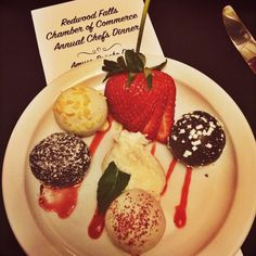 Redwood Chamber of Commerce Annual Chef's Dinner ❤️ amazing cake truffles #chamber #smallbusiness #shoplocal (at Redwood Area Chamber and Tourism)