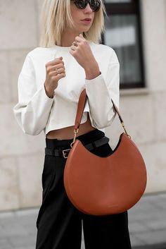 Jasmin Kessler zeigt auf ihrem Modeblog wie ein weißes Leder Top mit einer braunen Coccinelle Handtasche und schwarzen Hollywood Stiefeletten kombiniert. // Streetstyle, Styleblog, OOTD, Outfit Inspiration, Fashion Blog Deutschland, Autumn Fashion, Autumn Winter 2017, Herbst Outfit, Mode für Frauen, Business Look, Casual Look