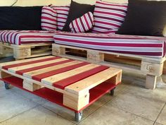 Wooden Pallet Furniture Add this amazingly crafted recycled wood pallet table for the ornamentation of your lounge area. This pallet table is all created with the great adjustment of the useless wooden pallet planks. Wood Pallet Tables, Pallet Lounge, Diy Pallet Sofa, Pallet Patio Furniture, Wood Furniture, Furniture Design, Furniture Ideas, Pallet Walls, Outdoor Pallet
