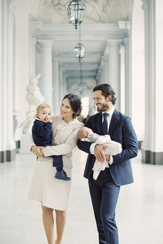 Het Zweedse hof deelt maandag twee nieuwe foto's van de Zweedse prins Carl Philip en prinses Sofia met kinderen prins Alexander (1) en de in augustus geboren prins Gabriel.