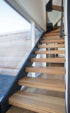 Cedar Shingles Cascading Down a Trendy Courtyard Home - #InteriorDesign #DesignHomes #HouseDecorations #ModernInteriors #walldecoration #decorationhouse #homesdecoration