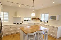 זה דורש הרבה תכנון מקדים ומדויק, אבל הדבר בהחלט אפשרי - הצצה לדירה בה שודרג החלל הציבורי בזמן קצר מאוד Kitchen Vent, Kitchen Tiles, New Kitchen, Kitchen Dining, Kitchen Decor, Kitchen Cabinets, House Plans, New Homes, Table