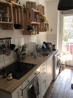 DIY-Küchenregale aus Holzkisten. #DIY #Regal #Wandregal #Küchenregal #Holzkisten #Weinkisten #Obstkisten #Küche #Einrichtung #Aufbewahrung #Organisation #kitchen #interior