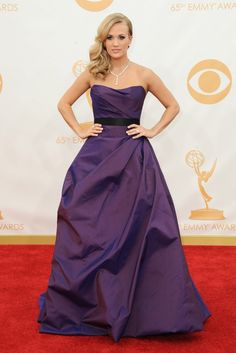 Carrie Underwood. La cantante de country con un vestido berenjena con falda XXL de Romona Keveza.