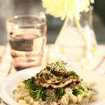 Hribi la gratar cu quinoa si broccoli Quinoa, Party Ideas, Chicken, Meat, Food, Essen, Ideas Party, Meals, Yemek
