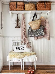 32 Unique Shabby Chic Furniture And Decorating Ideas, Shabby chic is timeless even if it's overdone. Shabby chic is a contemporary spin on the timeless cottage style. Shabby chic is the very best style fo. Shabby Chic Flur, Shabby Chic Entryway, Estilo Shabby Chic, Shabby Chic Style, Entryway Decor, Entryway Storage, Rustic Style, Wall Decor, Estilo Tropical