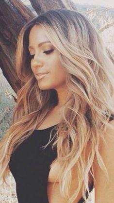 Billedresultat for Jessica Burciaga hair Jessica Burciaga Hair, Hair Inspo, Hair Inspiration, Fashion Inspiration, Middle Part Hairstyles, Nice Hairstyles, Honey Blonde Highlights, Blonde Hair Makeup, Bleach Blonde