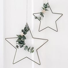 There's some inspiration for Nordic-style Christmas decorations on the blog today - I had great fun styling these gorgeous metal stars from @roseandgreyinteriors with some sprigs of eucalyptus. More easy ideas in the post (link in profile)...