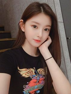 Yiren by Everglow 🍓 Pretty Korean Girls, Cute Korean Girl, Cute Asian Girls, Korean Girl Groups, Cute Girls, Beautiful Girl Image, Beautiful Asian Women, Korean Beauty, Asian Beauty