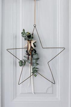 星のワイヤーリース。葉と飾りを付けて、とってもシンプルでおしゃれなリースです。