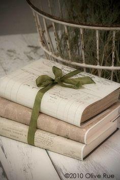 Envers du Decor - heartbeatoz: (via ZsaZsa Bellagio) Vintage Inspiriert, Book Jacket, Old Books, Book Nooks, I Love Books, Altered Books, Book Pages, Book Crafts, Filofax