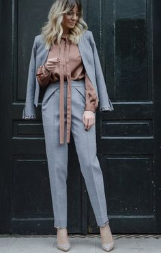 The perfect grey suit Stylish Work Outfits, Trendy Fall Outfits, Classic Outfits, Work Casual, Modern Hijab Fashion, Quirky Fashion, Suit Fashion, Fashion Outfits, Fashion News