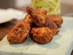 Receta | Pollo frito marinado en suero de mantequilla, con apio encurtido (Buttermilk-fried chicken) - canalcocina.es