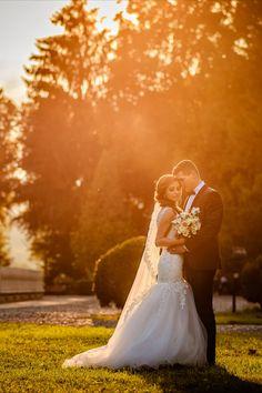 Sedinta foto in ziua nuntii la apus Couple Posing, Wedding Photoshoot, Couple Photography, Groom, Wedding Day, Exterior, Poses, Engagement, Bride
