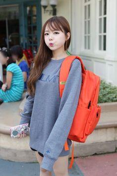 She's pretty! Like the sweatshirt! Korean Fashion Pastel, Korean Fashion Street Casual, Korean Fashion Dress, Cute Asian Fashion, Ulzzang Fashion, Japanese Street Fashion, Korean Outfits, Pop Fashion, Fashion Outfits