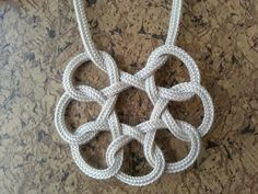 Pendant made of one piece of rope and simple knots - Jul Ft Jewelry Knots, Macrame Jewelry, Fabric Jewelry, Diy Jewelry, Jewellery, Macrame Colar, Macrame Knots, Micro Macrame, The Knot