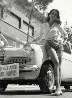 Miss Italia 1955 Brunella Tocci accanto ad una Giulietta Alfa Romeo
