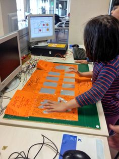 kids play a Scratch game using a DIY Master Control Panel via Makey Makey board #scratch #makeymakey (during Codemotion Rome)
