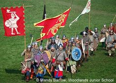 Easily to understand information about the Bayeux Tapestry and the Norman invasion of Britain Anglo Saxon Houses, Anglo Saxon Tattoo, Symbol Of England, Anglo Saxon Clothing, Anglo Saxon History, Johannes Gutenberg, Bayeux Tapestry, Celtic Warriors, History For Kids