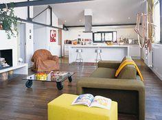 Salon design et coloré / Designed and colored living-room : http://www.maison-deco.com/salon/deco-salon/Des-salons-plein-de-vie
