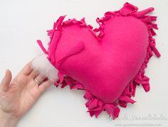 Cómo hacer un cojín corazón sin costuras - Guía de MANUALIDADES Good Company, Crochet, Crafts, Ideas, Awesome, Throw Pillows, No Sew Pillows, Baby Things, How To Make