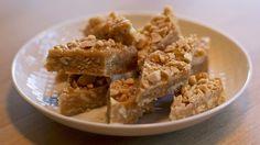 Peanøttkarameller smaker både salt og søtt i en uslåelig kombinasjon. Har du sirup, peanøttsmør og salte kjeks har du også de viktigste ingrediensene til denne oppskriften.