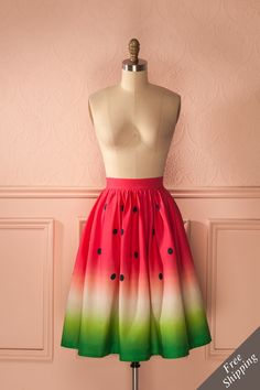 Le goût rafraîchissant du melon d'eau lui rappelait les chaudes soirées d'été.  The refreshing taste of sweet watermelon always reminded her of warm summer nights. Watermelon print midi skirt https://1861.ca/products/susarine