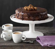 Tumma suklaamoussekakku. Tummasta suklaasta valmistettu täyteläinen suklaakakku on myös gluteeniton | Koti ja keittiö