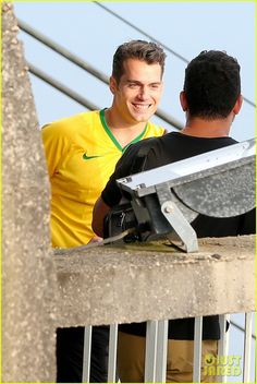 henry cavill wears customized brazil soccer jersey 07 Henry Cavill wears his very own custom soccer jersey while visiting Sugarloaf Mountain on Monday (August 24) in Rio de Janeiro, Brazil.    That same day, the 32-year-old…