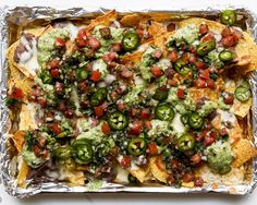 [CasaGiardino] ♛ Black bean nachos are good. These fully-loaded black bean nachos with two different kinds of cheese, two salsas, and fresh jalapeño? Yeah, they're better. Best Nacho Recipe, Salsa Recipe, Aperitivos Super Bowl, Tortillas, Scones, Appetizer Recipes, Appetizers, Recipes Dinner, Homemade Nachos
