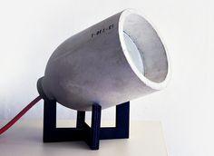 """A luminária """"Zero Light"""" é uma criação dos sul-coreanos Justin Joo e Jun Hwang, que formam o Studio 220plus. A peça é feita de concreto, madeira e borracha"""