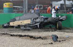 Fernando Alonso verlaat zijn McLaren bolide.