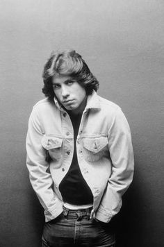 35 Handsome Photos of a Young John Travolta That Had Women Swooning in the and ~ vintage everyday John Travolta, Pulp Fiction, Nova Jersey, Young John, Hollywood, After Life, Foto Art, Feathered Hairstyles, 70s Hairstyles