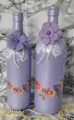 Garrafa decorada com com flores decoupadas para decoração * garrafa maior 30,5x8x8 * garrafa menor 29x7x7 Recycled Glass Bottles, Glass Bottle Crafts, Wine Bottle Art, Painted Wine Bottles, Lighted Wine Bottles, Diy Bottle, Painted Wine Glasses, Bottles And Jars, Altered Bottles
