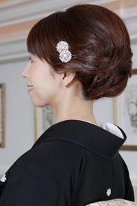 この画像のページは「【画像多数あり】アラフィフからの留袖に似合う髪型を大研究!!」の記事の1枚目の画像です。50代女性の留袖に合う髪型とは?関連画像や関連記事も多数掲載しています。 Vintage Hairstyles, Girl Hairstyles, Braided Hairstyles, Japanese Wedding, Hair Setting, Hair Reference, Married Woman, Japanese Kimono, Kimono Fashion